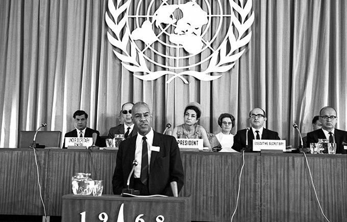 """نصت المادة 16 من إعلان طهران على أن، """"حرية الأبوين في تقرير عدد أبنائهما والفترات الفاصلة بينهم بروح المسؤولية هو حق انساني أساسي لهما."""" © الأمم المتحدة"""